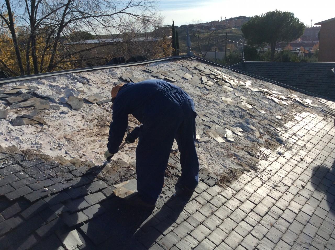 desmontando cubiertas de pizarra deterioradas